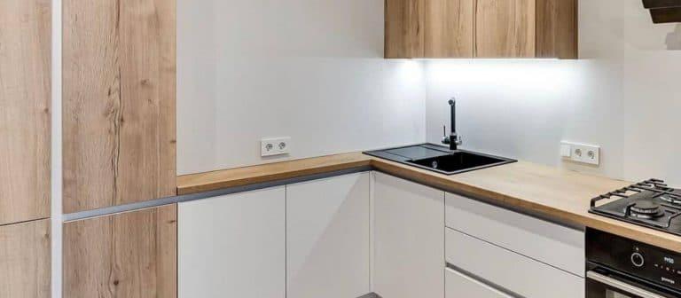 Cocina completa con material imitación madera